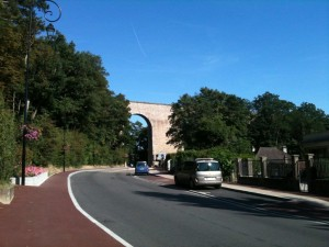 【フランスの道路交通法】知らないと危険!右側優先の意味とは?