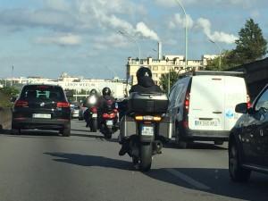 【パリ高速道路の不思議な光景】バイクに優しい?暗黙のルールとは