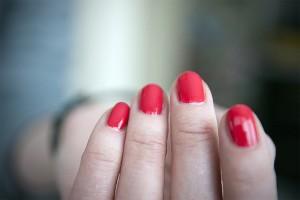 パリジェンヌのおしゃれはモノトーンに「赤」をプラスして