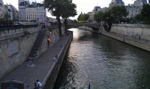 パリで多発するスリ被害(2)観光客と見抜かれないためには