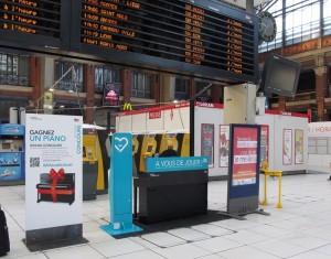 フランスの駅にピアノがあるのはなぜ?電車の待ち時間に演奏会