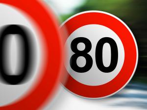 7月1日より、フランスの国道・県道の制限速度が90kmから80kmに