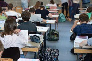 7月30日 小中学校でのスマートデバイスの使用を禁止 議会で採択 野党は棄権