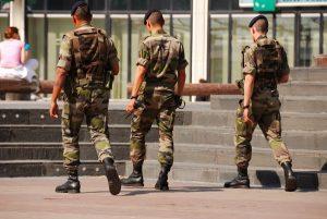 6月27日 政府が16歳以上の男女に最低1ヶ月の「兵役義務」を発表
