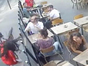 パリの公道で殴られた女性、Facebookへの投稿により犯人逮捕、本日裁判
