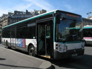 「危険な横断の少年にビンタ」は「正当」、バスの運転手擁護の署名に27万件