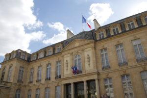マクロン大統領「フランスの貧困と戦う」宣言、金持ちの味方のイメージ払拭か?