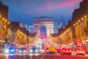 ヴァカンスが終わると気分はクリスマス シャンゼリゼ大通りでクリスマスのイリュミネ―ションの設置が始まる