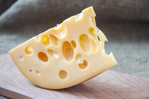 """おなじみエメンタールチーズの""""穴""""が消えゆく理由とは?"""