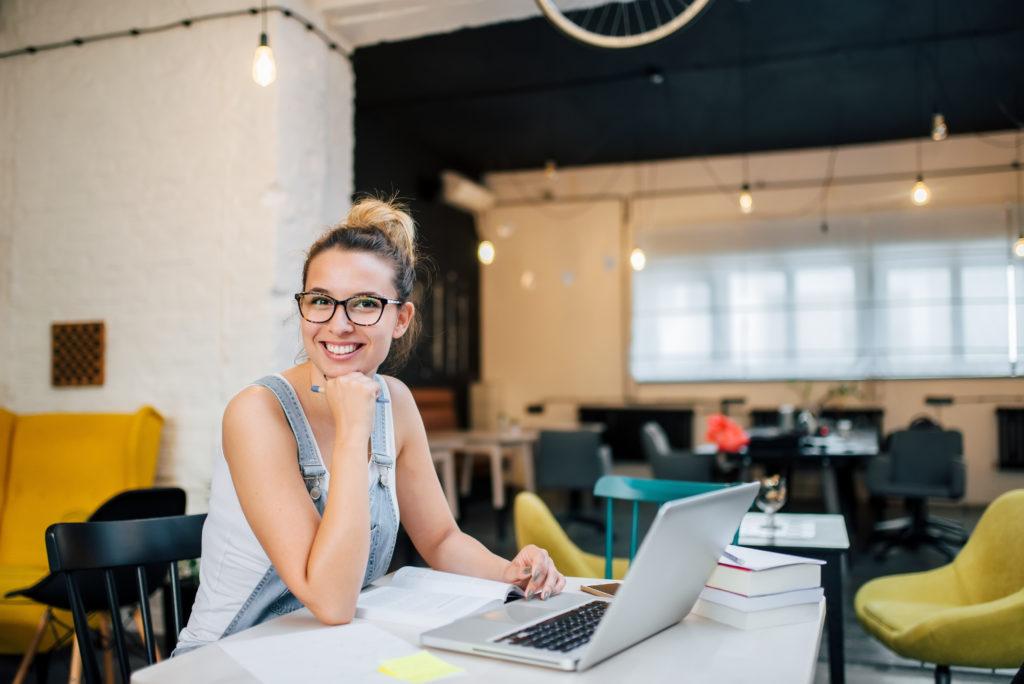 女性とノートパソコン