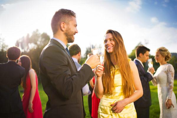 パーティーに参加する男女