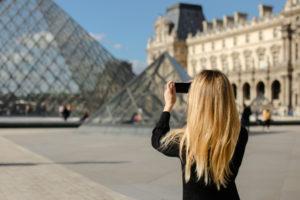ルーヴル美術館のピラミッド、30周年を祝う