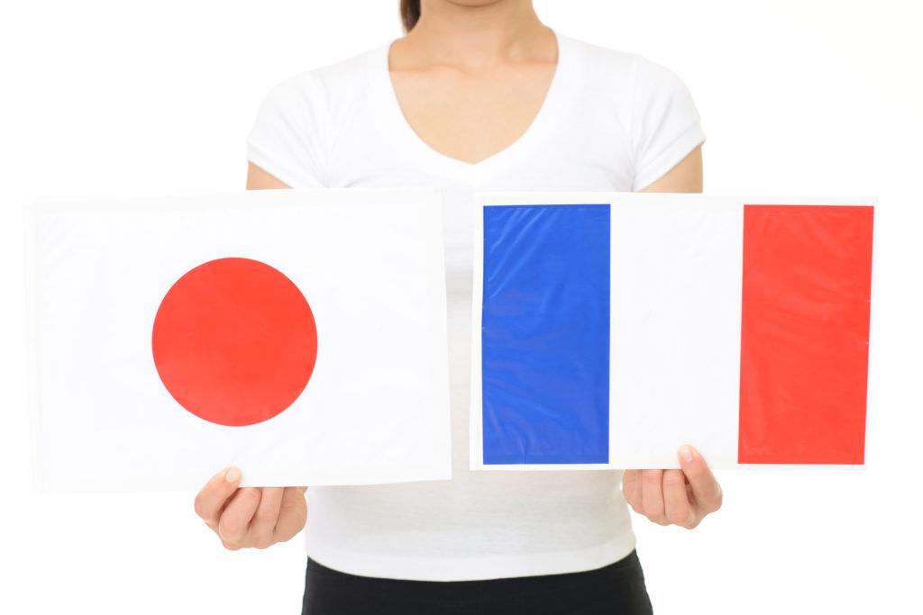 日本とフランスの国旗を持つ女性