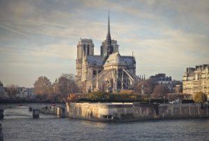 パリ ノートルダム大聖堂で大規模な火災 尖塔が崩落