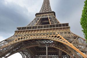 エッフェル塔によじ登った男性、その動機は?