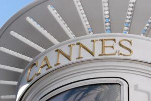 カンヌ映画祭:アラン・ドロン氏が名誉パルムドールを受賞 「女性蔑視」に対して反対署名も
