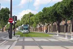 パリのトラムが遅すぎる 信号待ちに交差点、トラム優先への声