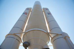 欧州宇宙機関の宇宙ロケットアリアン5 2つの通信衛星を載せて打ち上げ成功