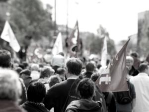 フランス戦後初《デモなきメーデー》 ネット上でデモ展開
