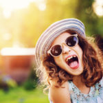 元気に笑う女の子 フランス