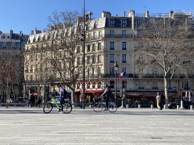 フランス外出禁止後4週間? パリ好天気