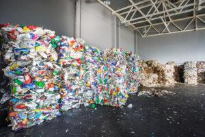 フランスでなぜ進まない?プラスチックのリサイクル、政府がやっと本腰